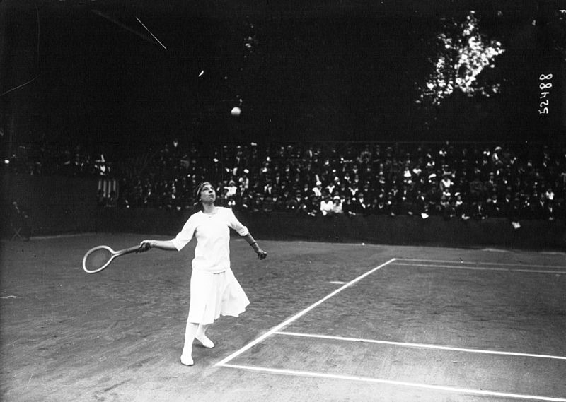 French tennis player Suzanne Lenglen playing at the baseline at the 1914 World Hard Court Championships Quelle: Agence de presse Meurisse‏ Lizenz: Public domain