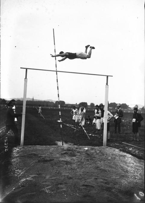 Franquenelle pole vaulting 1911 Agence Rol - Gallica Gemeinfrei